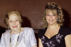 Mar Bezana con su profesora y concertista de castañuelas Emma Maleras